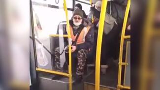 В Самаре разборки пассажира и кондуктора автобуса попали на камеру