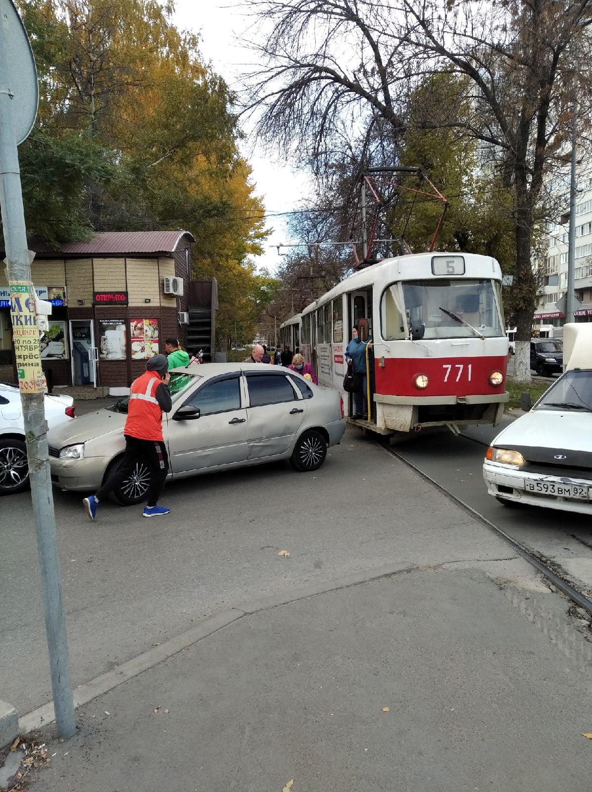 В Самаре в Постниковом овраге из-за ДТП встали трамваи