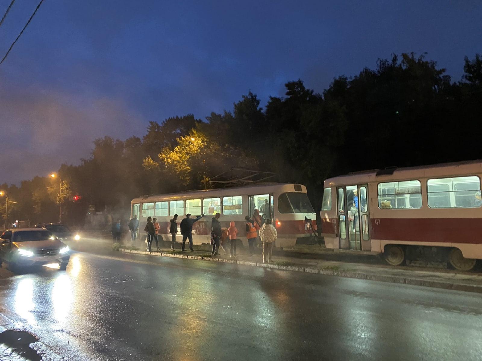 В Самаре на улице Ново-Вокзальной загорелся трамвай