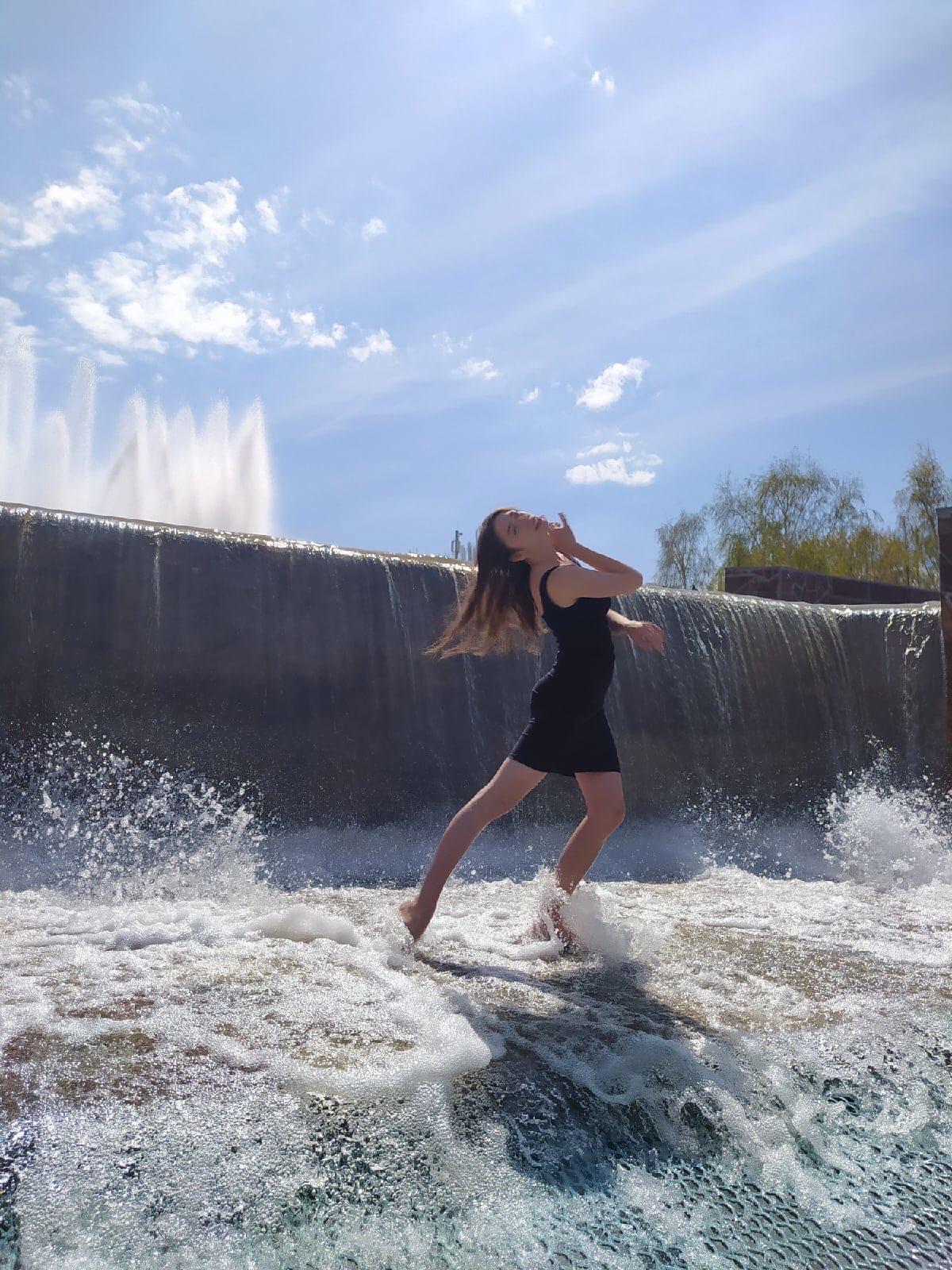 В Самаре девушка станцевала танго в фонтане на Осипенко