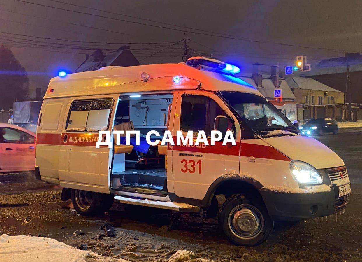 В Самаре каршеринг врезался в карету скорой помощи, есть пострадавшие