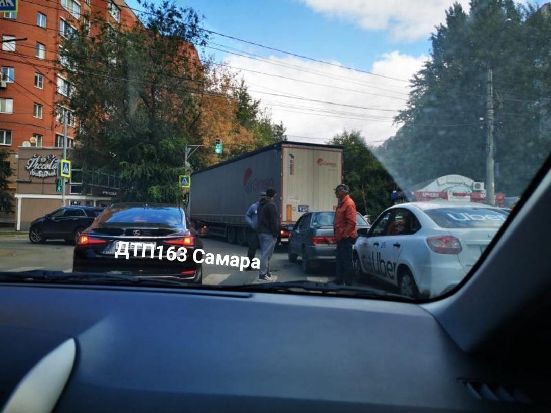 Улицы Мичурина и Ерошевского встали намертво: Причина затора – вереница из легковушек и фуры
