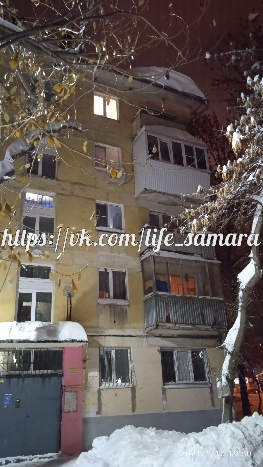 Самарцы пожаловались на ледяную глыбу, угрожающую жильцам дома