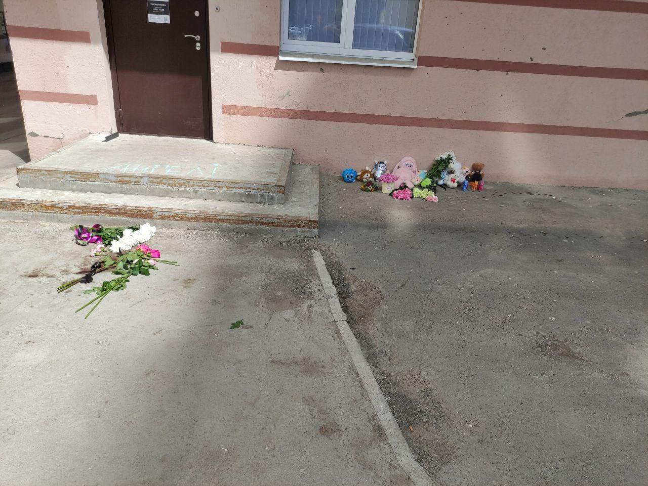 В Самаре на месте убийства 3-летней девочки создали мемориал памяти