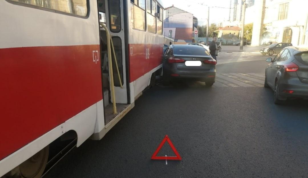 В Самаре водитель иномарки врезался в трамвай