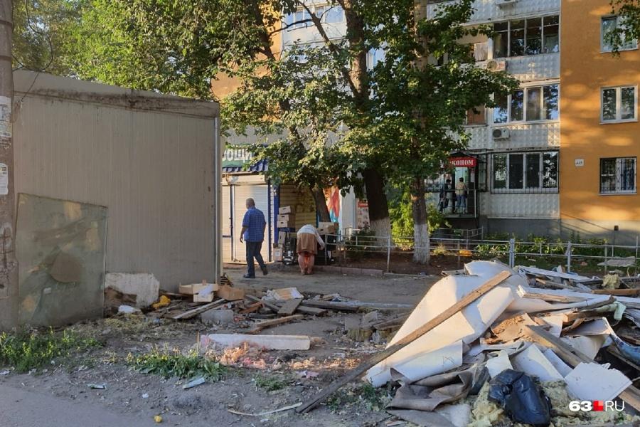 В Самаре на пересечении Ново-Вокзальной и Московского шоссе начали сносить рынок