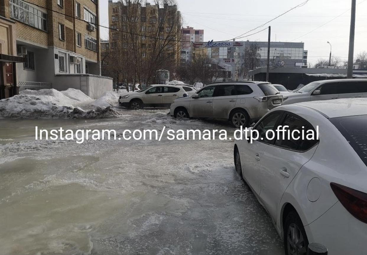 Коммунальное бедствие без конца: В Самаре на улице Революционной машины вмерзли в лед