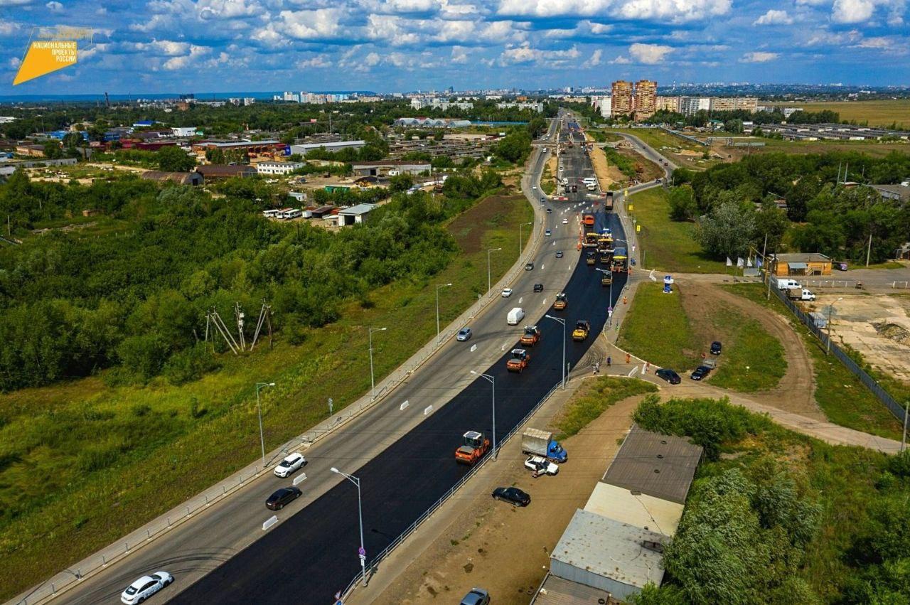 К укладке верхнего слоя покрытия приступили на втором этапе Самарского моста в областной столице