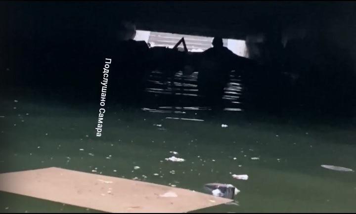 Заплыв самарца в затопленном пешеходном переходе попал на видео