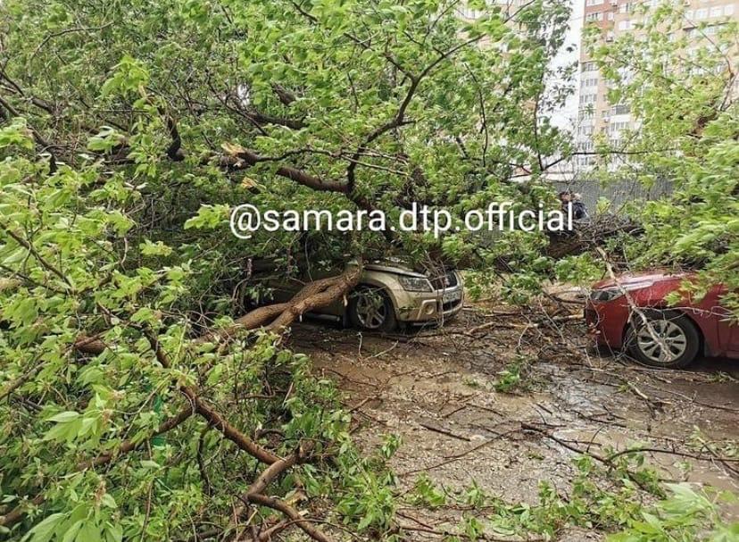 В Самаре шквалистый ветер нанес значительный материальный ущерб