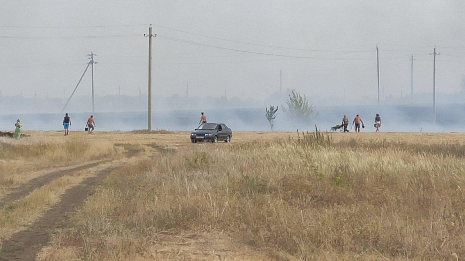 Пламя подбирается к домам: В Самарской области добровольцы и пожарные тушат крупный пожар