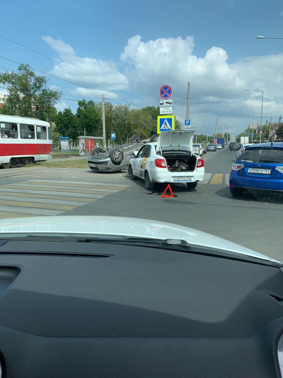 На Ново-Садовой в Самаре перевернулась машина с ребенком