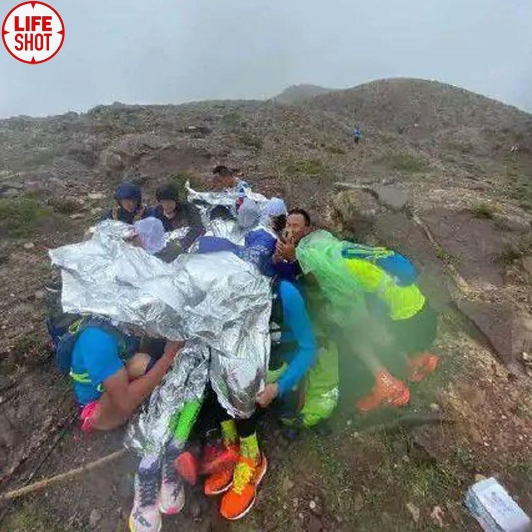 Появились страшные кадры из Китая, где число погибших во время горного этапа ультрамарафона выросло до 21