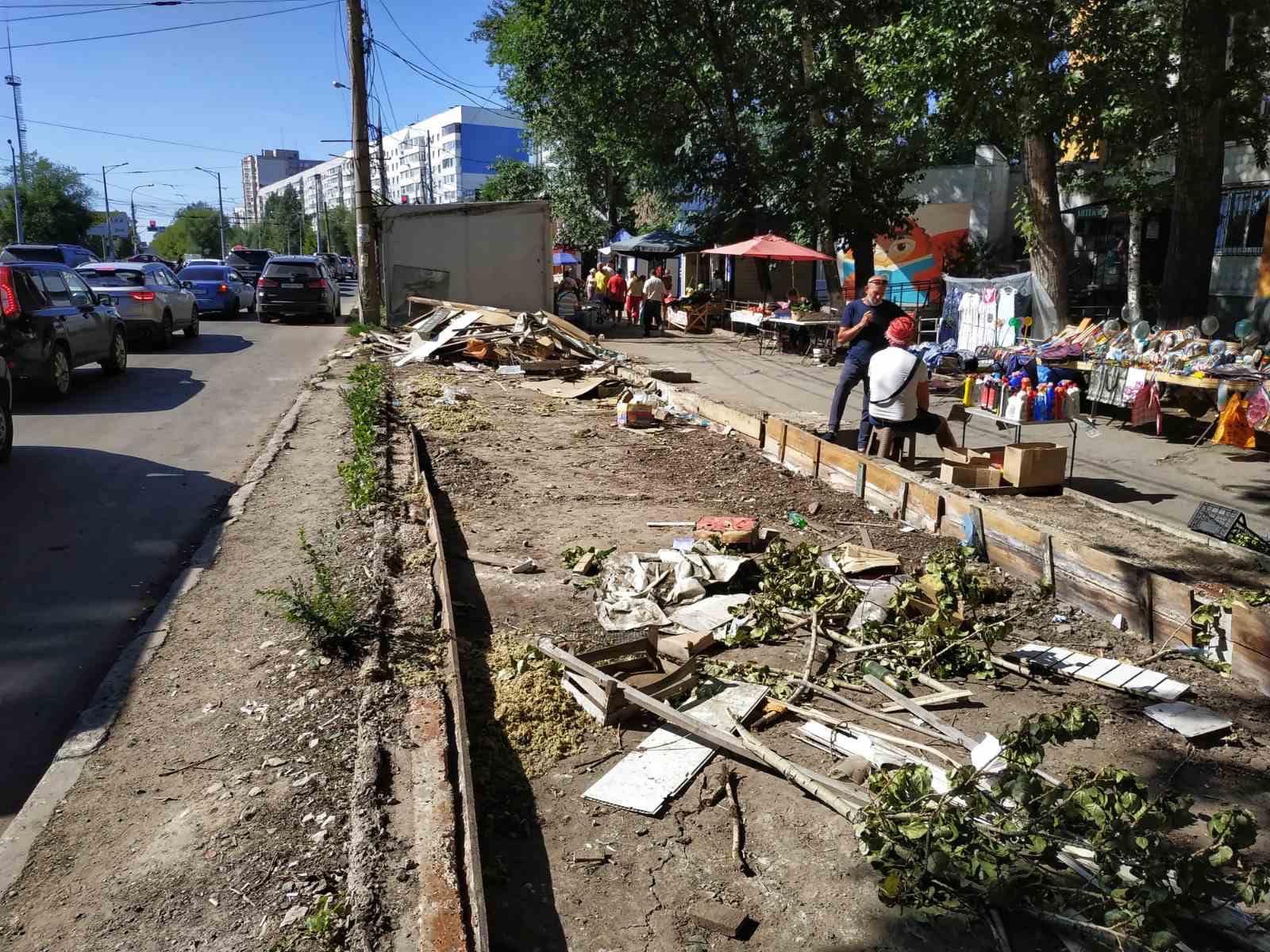 Печальный вид и горы мусора: что осталось от рынка на пересечении Ново-Вокзальной и Московского шоссе