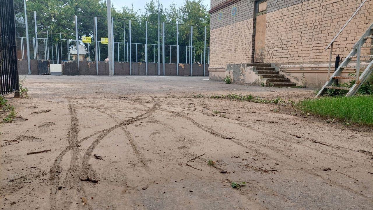 Последствия коммунальной аварии, случившейся 26 июля на территории школы №155, всё ещё и не устранены