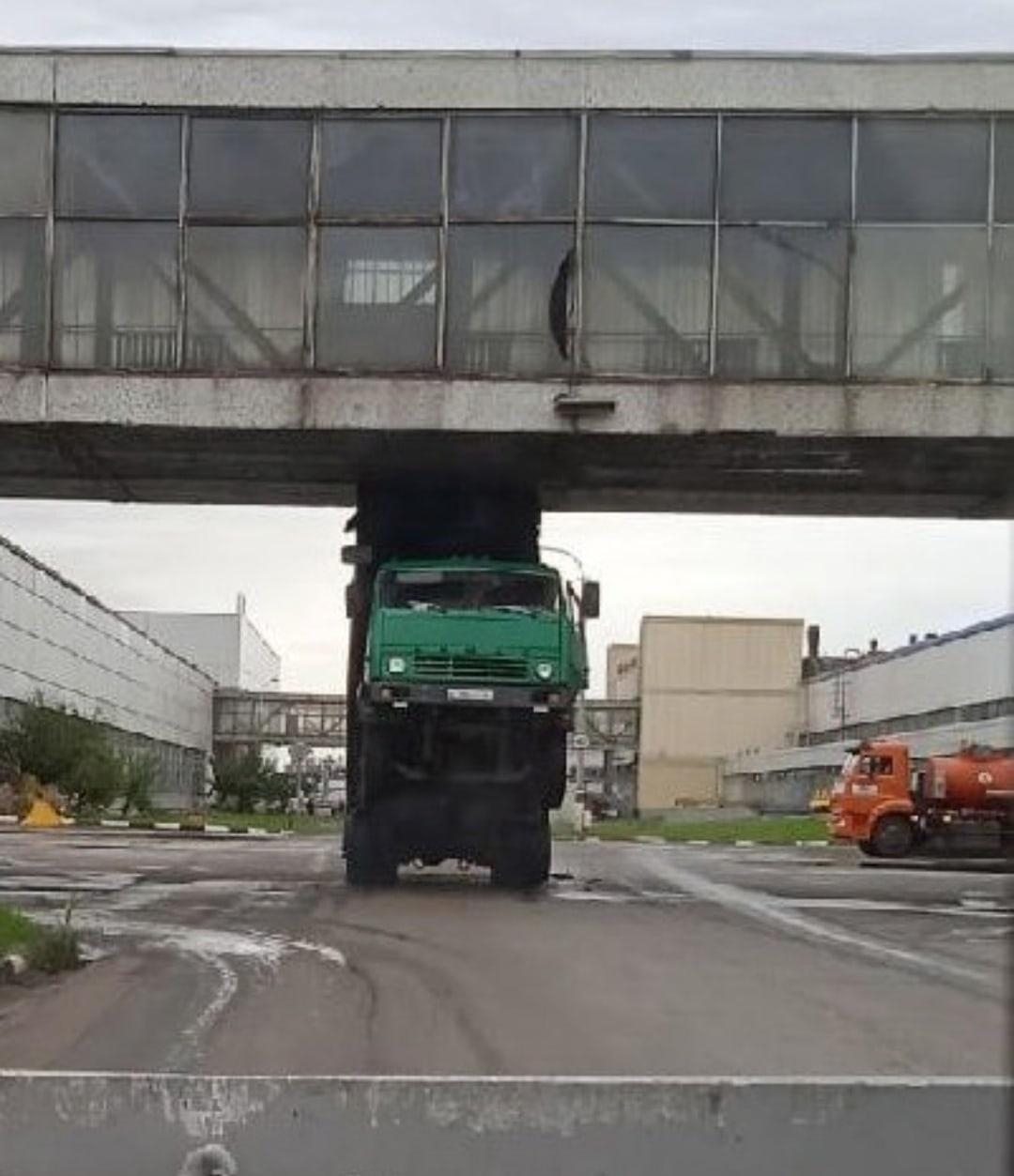 В Тольятти КамАЗ кузовом зацепил переход Автоваза