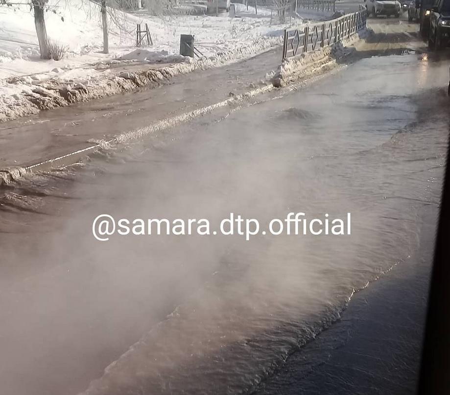 В Самаре жители трех улиц из-за крупной утечки остались без воды