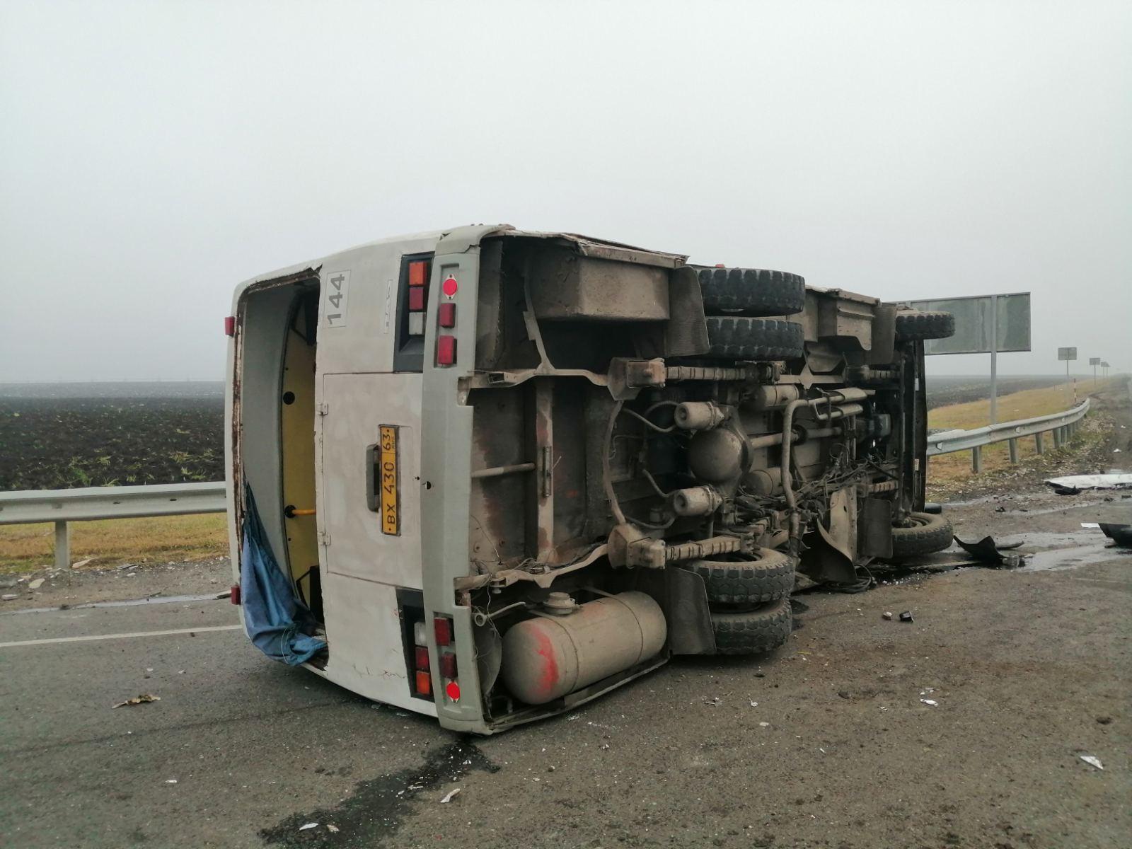 Пострадавших в жесткой аварии c автобусом под Сызранью увезли на скорой