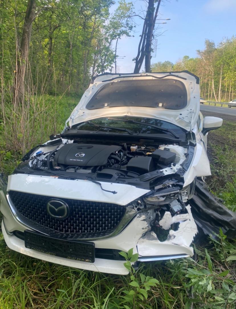 В Самаре Lada Niva врезалась в отбойник и съехала с дороги после столкновения с Mazda 6 без номеров