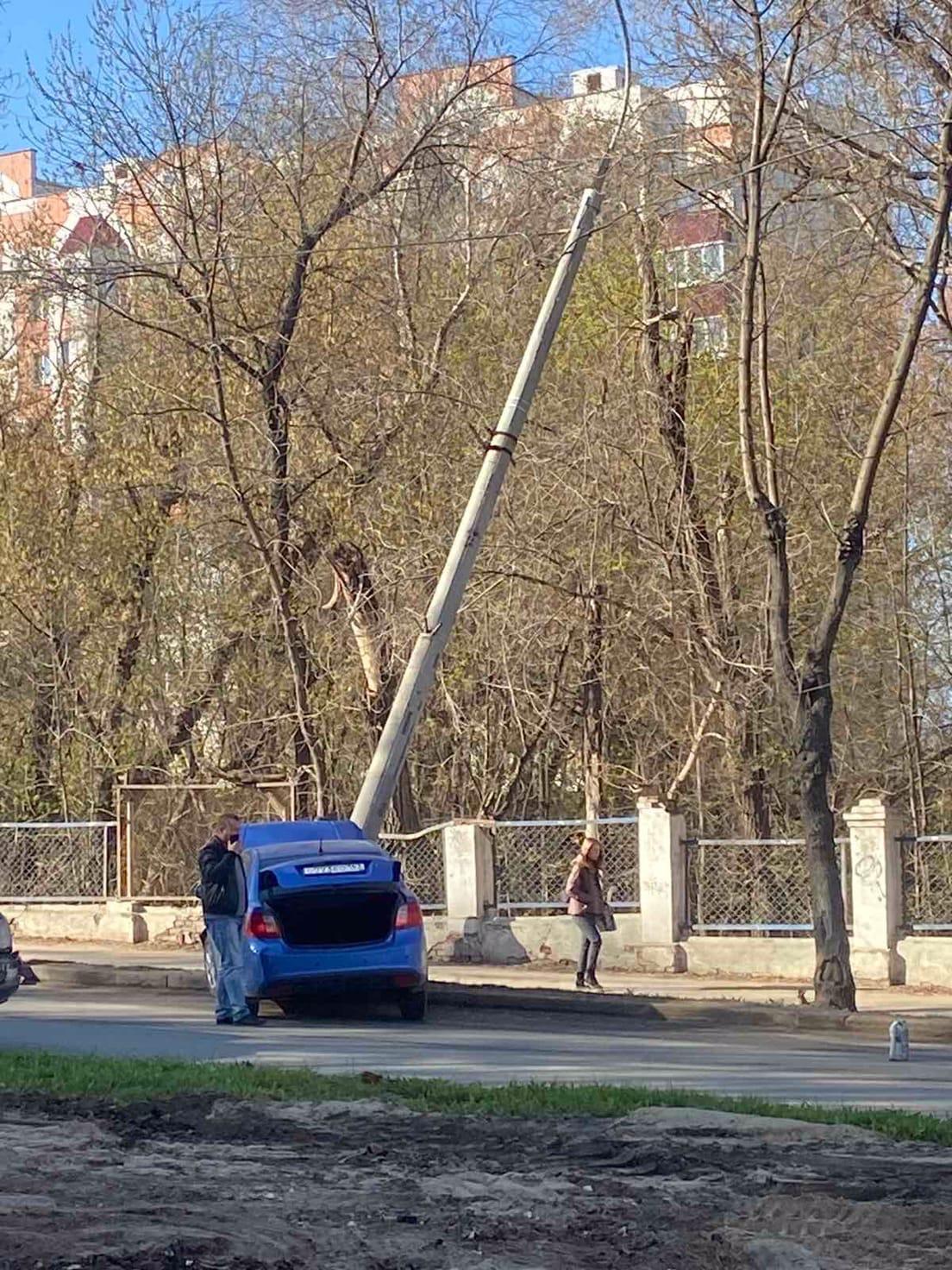 В Самаре на улице Советской Армии автомобилист снес столб