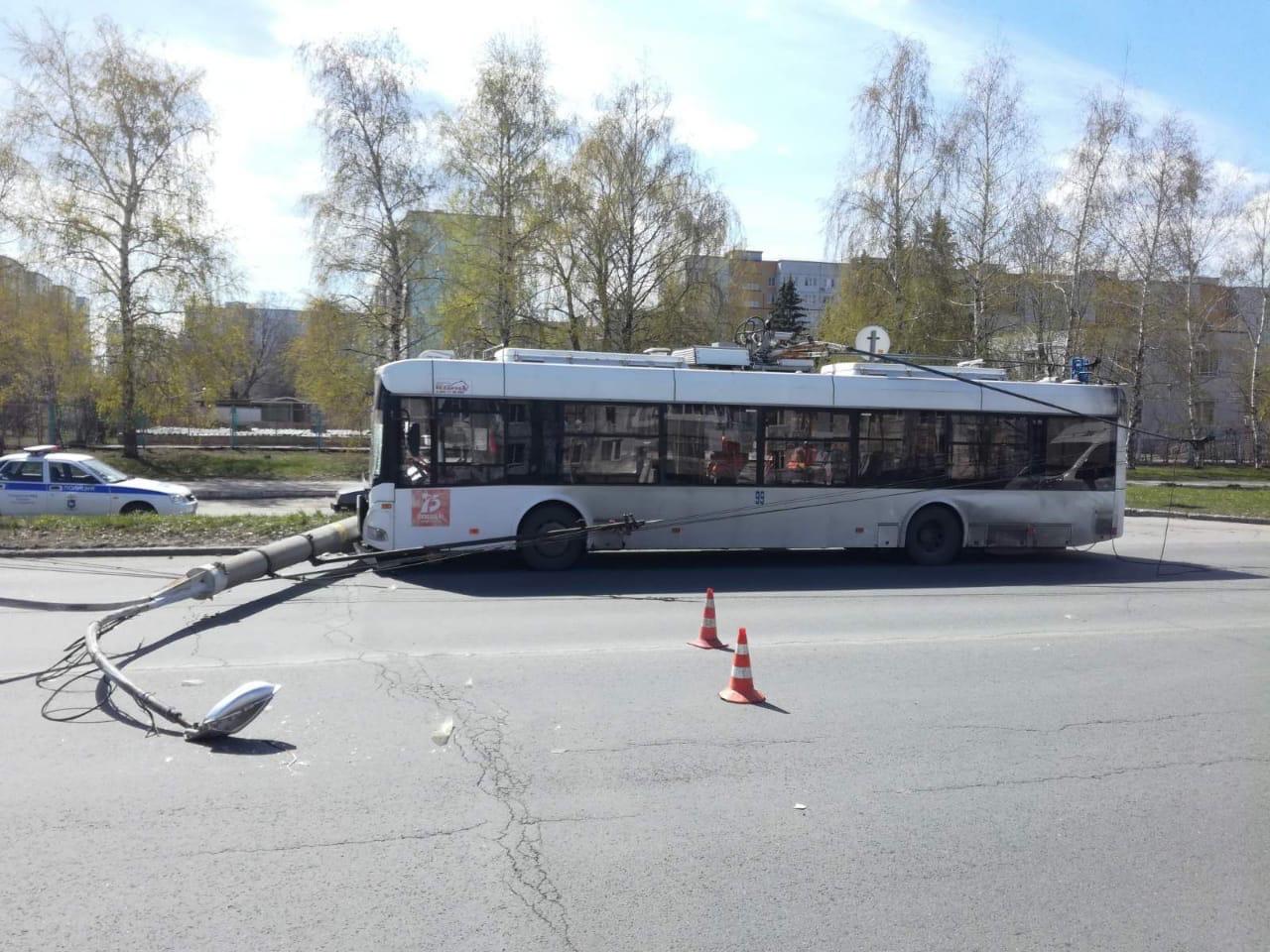 В Тольятти троллейбус на полном ходу снёс фонарный столб