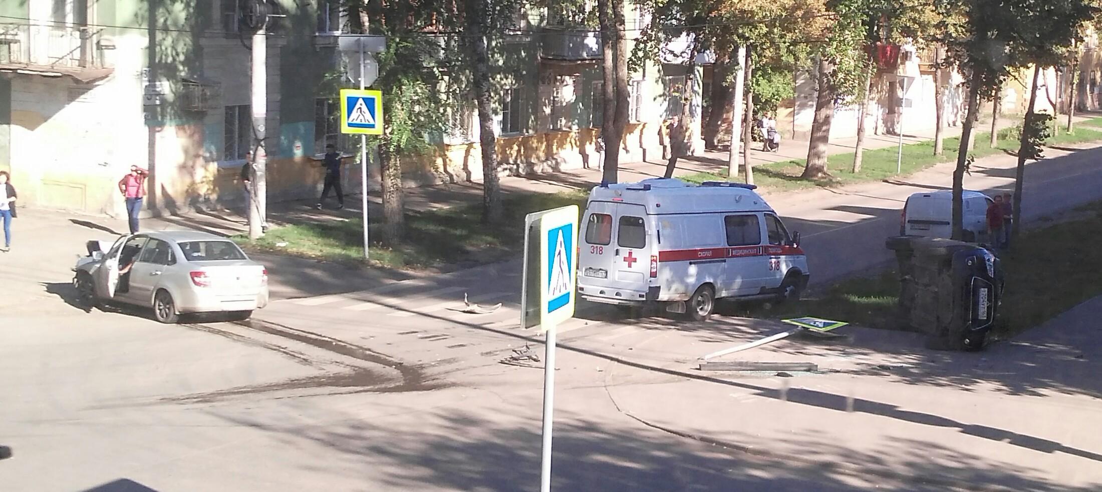 Машина в полете: в Самаре на Краснодонской столкнулись легковые