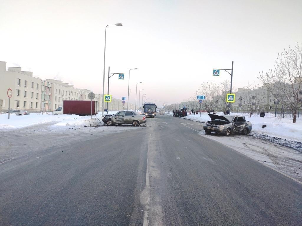 В Самаре столкнулись две Приоры, пострадали оба водителя