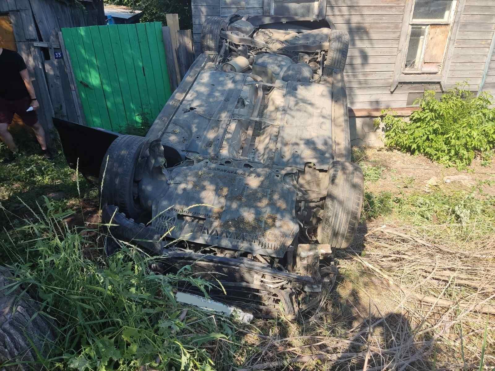 В Сызрани Volkswagen врезался в дом и завалился на крышу