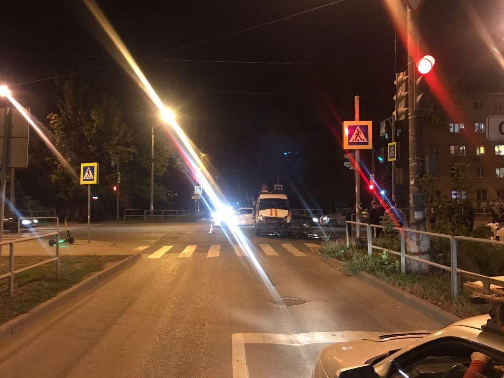 Машина спасателей перевернулась. Появились кадры аварии с участием спецтранспорта в Самаре