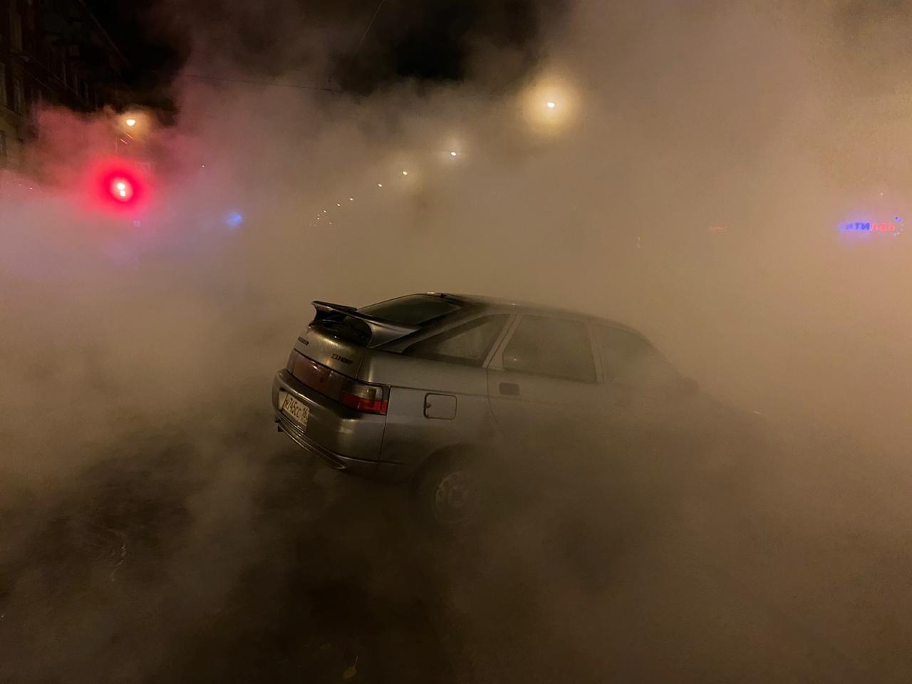 Сварилась в кипятке: появились кадры провалившейся под асфальт в Самаре машины