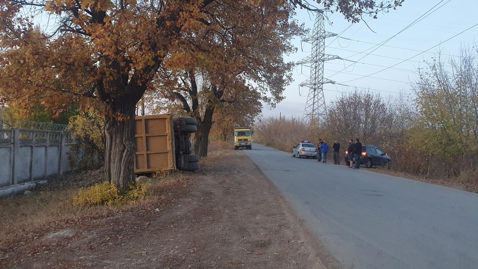 В Самаре на 6-й просеке опрокинулся МАЗ
