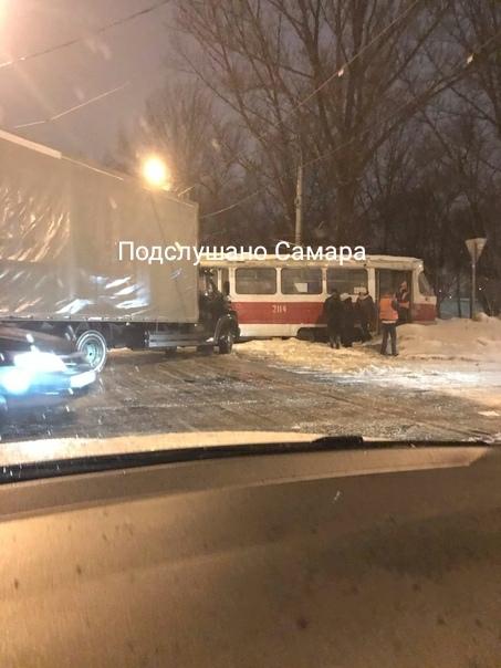 Въехал в двери: в Самаре на Заводском шоссе столкнулись трамвай и грузовик