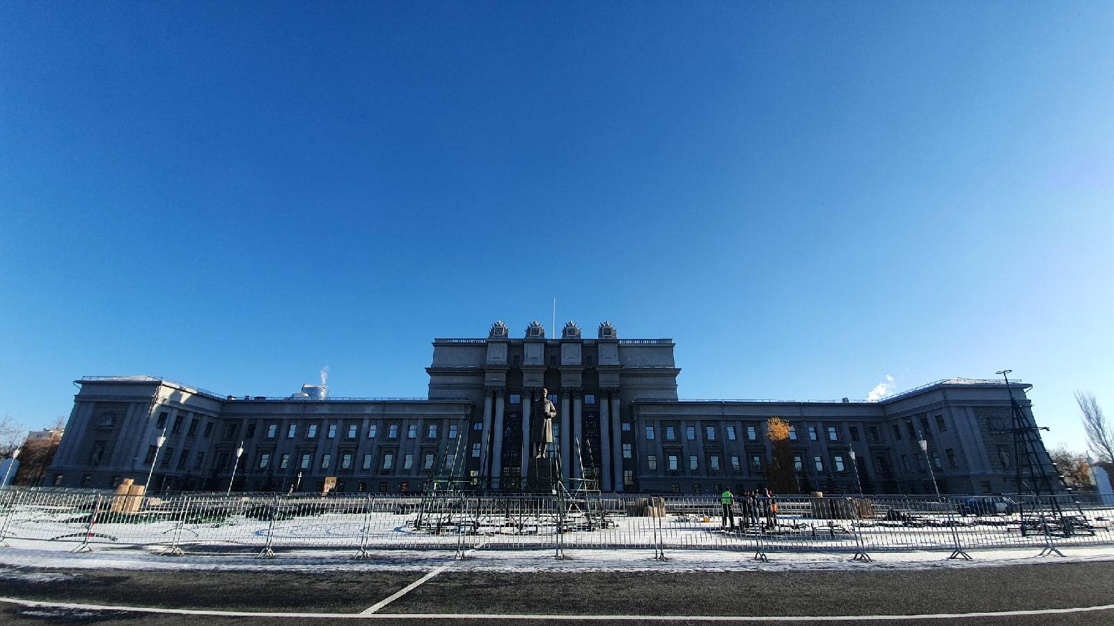 На площади Куйбышева в Самаре начали устанавливать новогодний комплекс