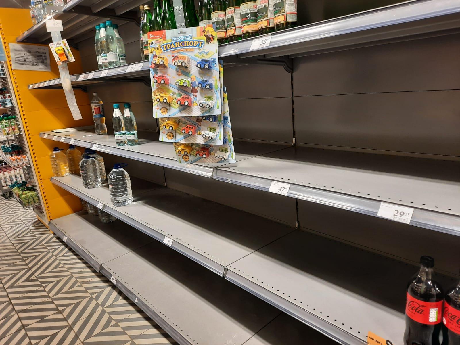 В Самаре скупили всю питьевую воду в магазинах