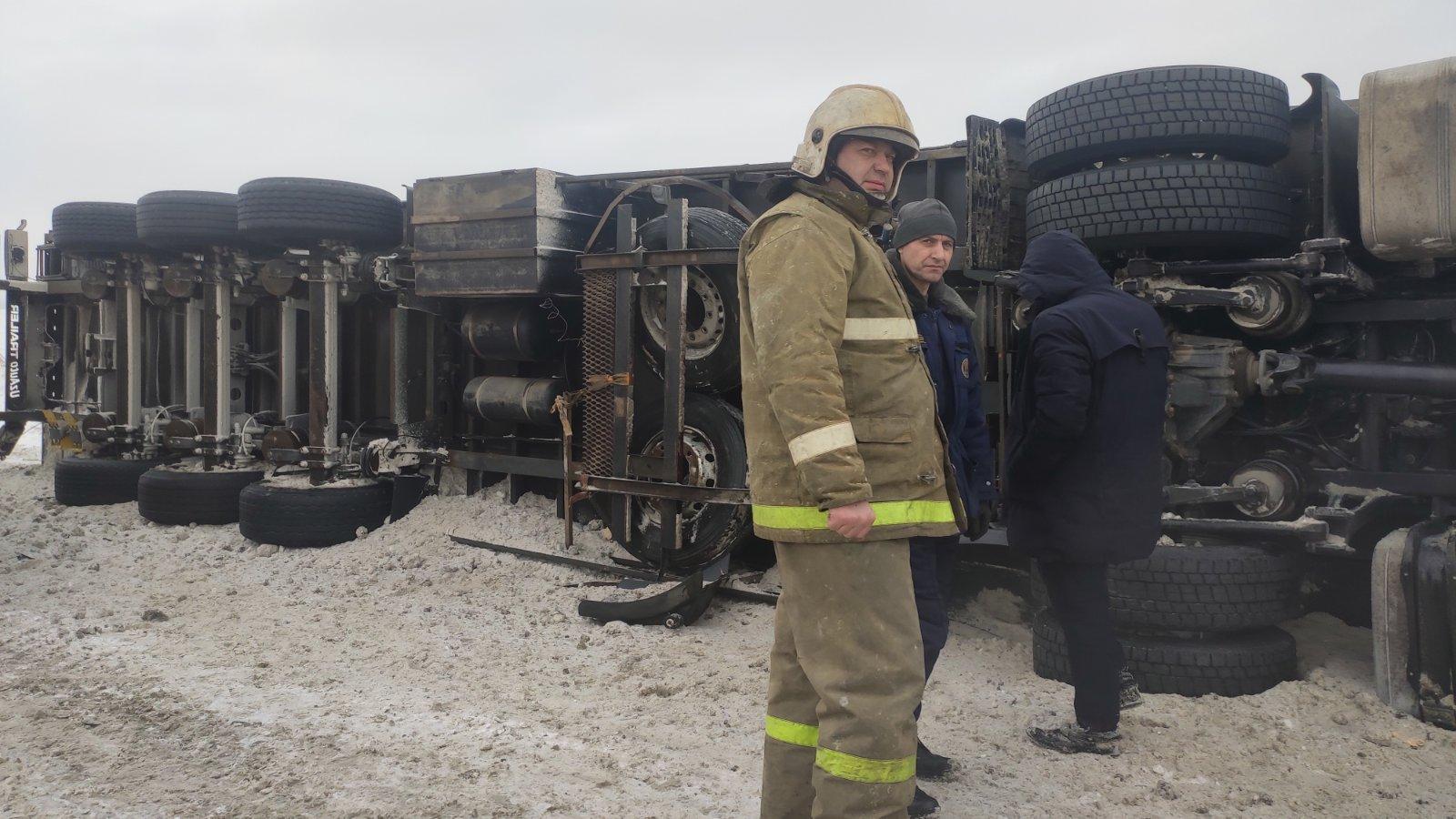 На трассе в Самарской области фура завалилась на бок