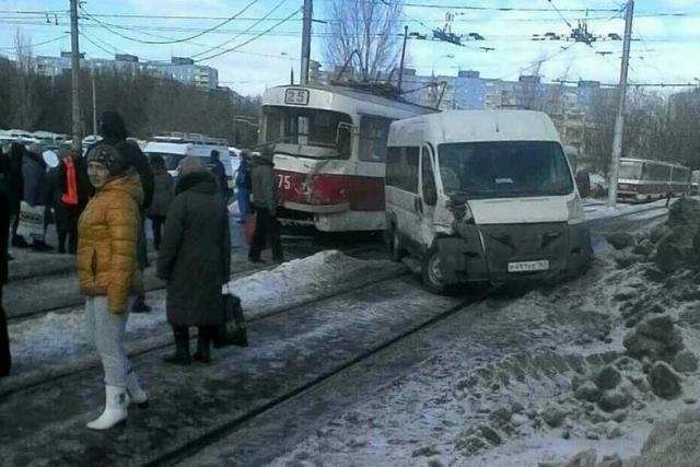 ВСамаре столкнулись маршрутное такси итрамвай