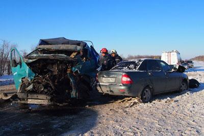 Под Самарой столкнулись «КамАЗ», «ГАЗель» идве легковушки: умер один изводителей