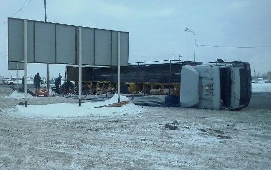 ВТольятти наОбводном шоссе перевернулся тягач сзапчастями